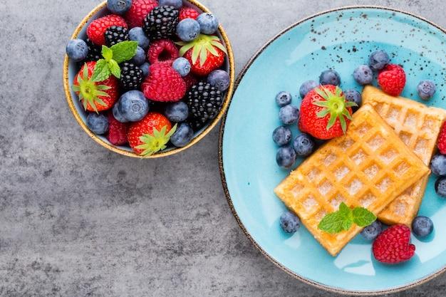 Salada de frutas frescas em um prato com waffles