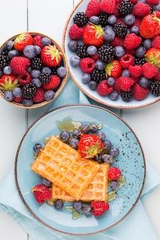 Salada de frutas frescas em um prato sobre um fundo de madeira