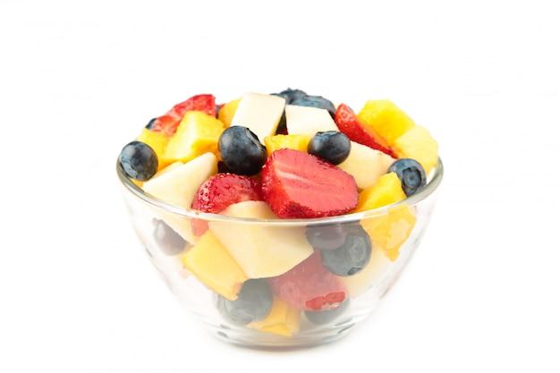 Salada de frutas frescas em uma tigela isolada no fundo branco