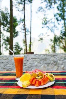 Salada de frutas. frutas frescas e suculentas em um prato