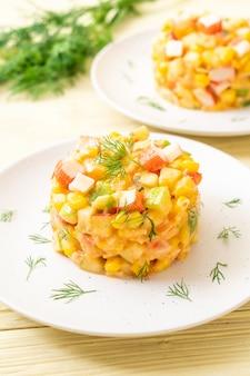 Salada de frutas mistas com palito de caranguejo (maçã, milho, mamão, abacaxi)