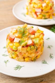 Salada de frutas mistas com vara de caranguejo (maçã, milho, mamão, abacaxi)