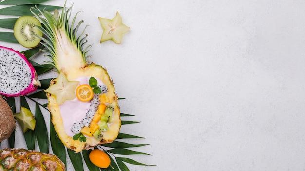 Salada de frutas na metade do espaço de cópia de abacaxi