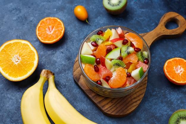 Salada de frutas na tigela com frutas frescas.
