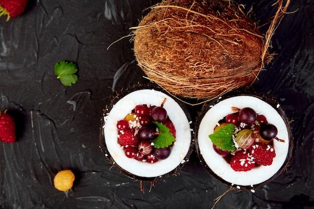 Salada de frutas na tigela de casca de coco