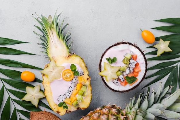 Salada de frutas no prato de coco e abacaxi