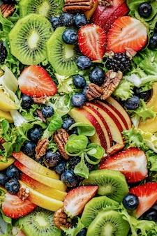 Salada de frutas saudável com vegetais e nozes