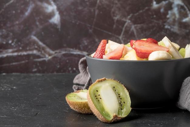 Salada de frutas saudável pronta para ser servida