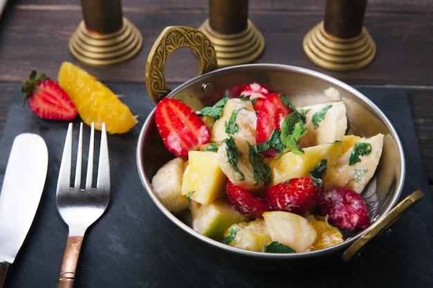 Salada de frutas servida em tigela de cobre