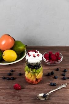 Salada de frutas vista superior na mesa de madeira