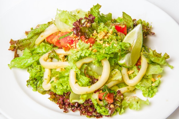 Salada de frutos do mar com anéis de calamari