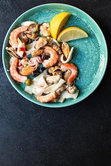 Salada de frutos do mar com camarão, mexilhão e lula