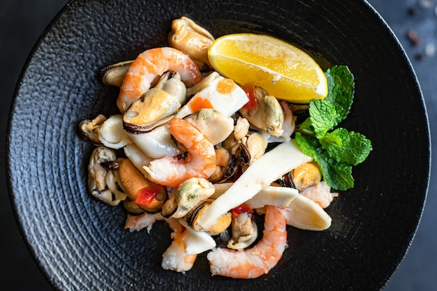 Salada de frutos do mar com camarão, mexilhões, lulas e outros lanches saudáveis