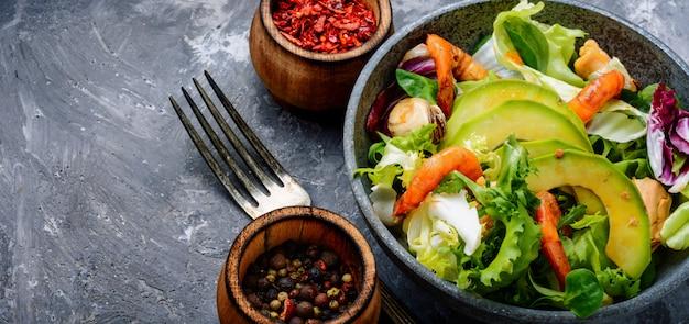 Salada de frutos do mar com camarão