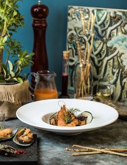 Salada de frutos do mar com mexilhões e caranguejos