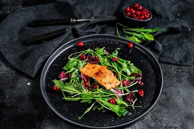 Salada de frutos do mar com salmão, rúcula, alface e cranberries