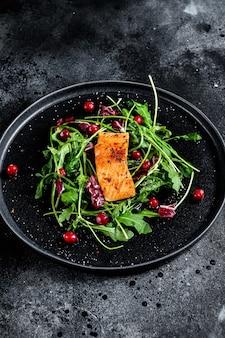 Salada de frutos do mar com truta, rúcula, alface e cranberries