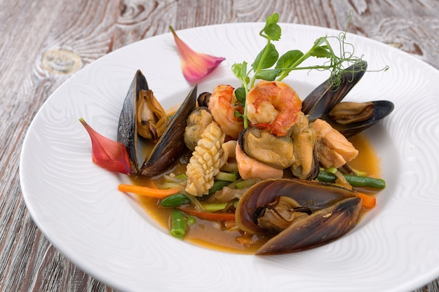 Salada de frutos do mar em prato branco