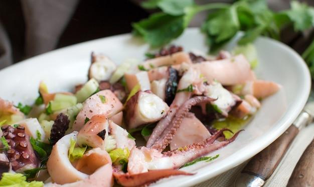 Salada de frutos do mar feita de diferentes frutos do mar e legumes, close-up