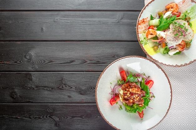 Salada de frutos do mar frescos servida com camarão e verduras