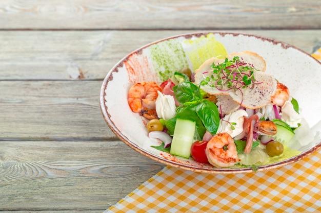 Salada de frutos do mar frescos servida com camarão
