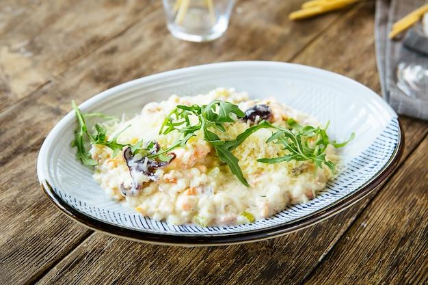 Salada de frutos do mar gourmet branco com camarão polvo
