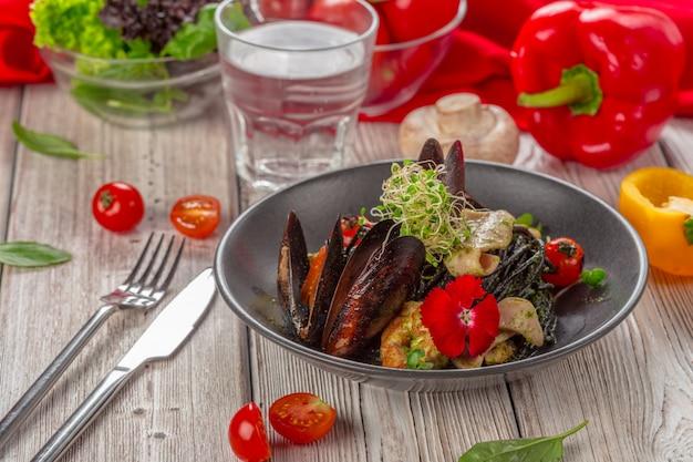 Salada de frutos do mar grelhados na mesa de madeira