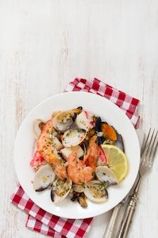 Salada de frutos do mar na chapa de madeira branca
