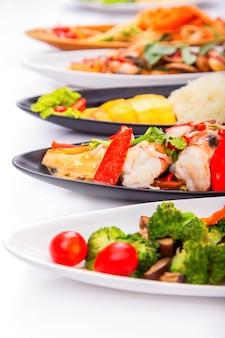 Salada de frutos do mar no prato brancosalada de frutos do mar em um prato preto.