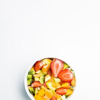 Salada de frutos silvestres na mesa