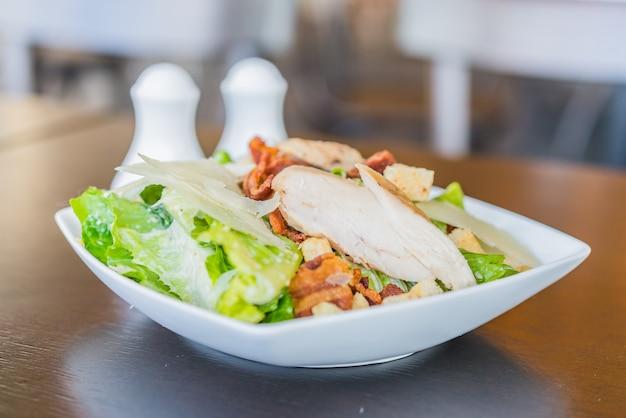 Salada de galinha grelhada - alimento saudável