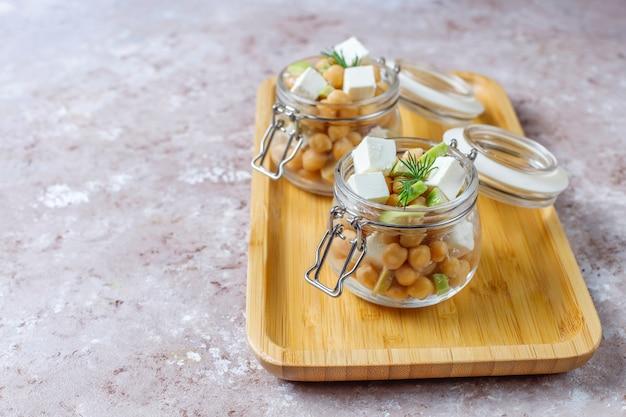 Salada de grão de bico deliciosa com abacate e queijo feta, vista superior