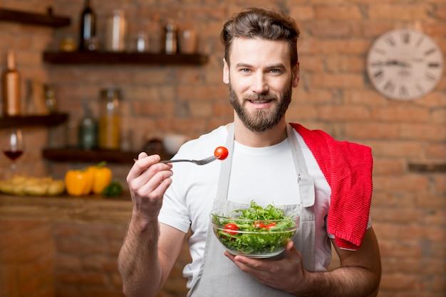 Salada de homem comendo