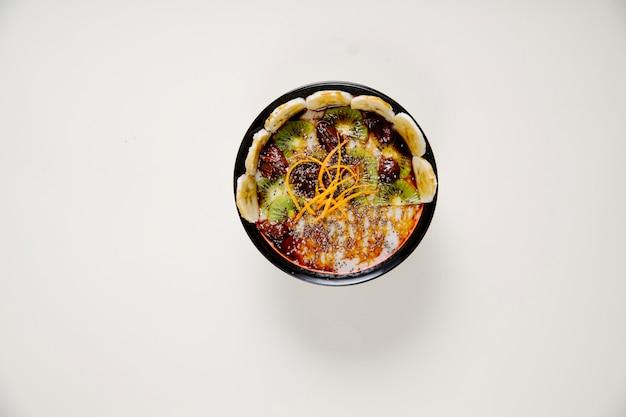 Salada de iogurte com cerejas kiwi e fatias de banana.