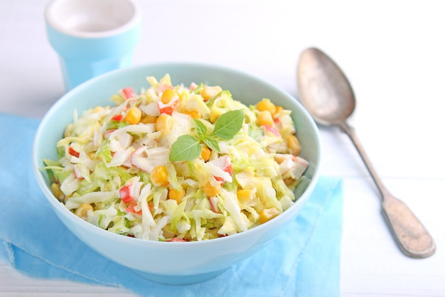 Salada, de, jovem, repolho, com, milho, e, carangueijo, varas, em, tigela azul