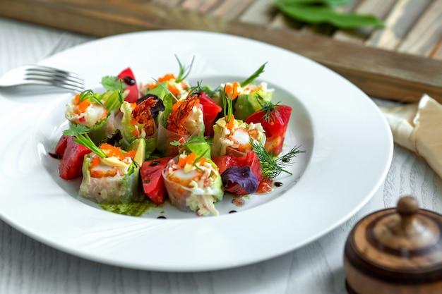 Salada de legumes coberta com ervas