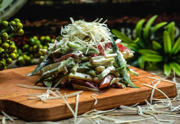 Salada de legumes coberta com queijo 1