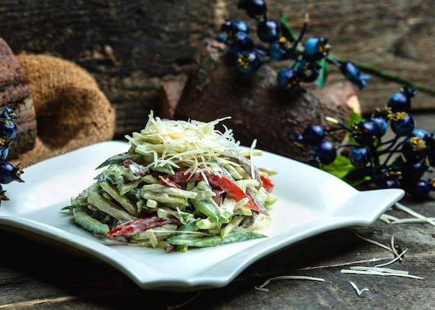 Salada de legumes coberta com queijo