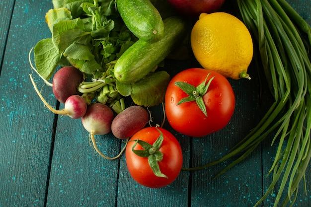 Salada de legumes coloridos com vitaminas maduras, como rabanete vermelho de tomate vermelho e outros na superfície verde