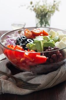 Salada de legumes com abacate, azeitonas e pimenta