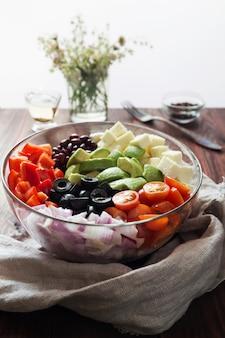 Salada de legumes com abacate, azeitonas e tomates