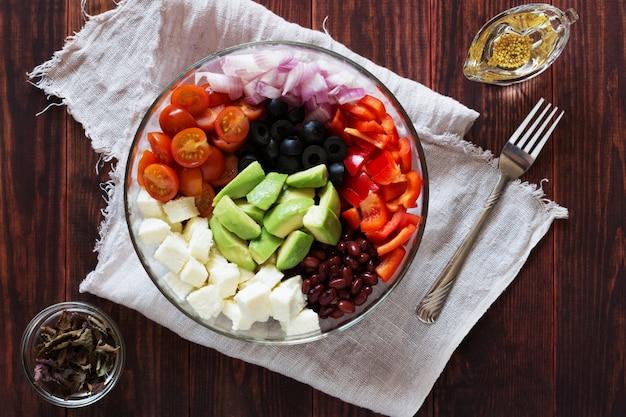 Salada de legumes com abacate e queijo