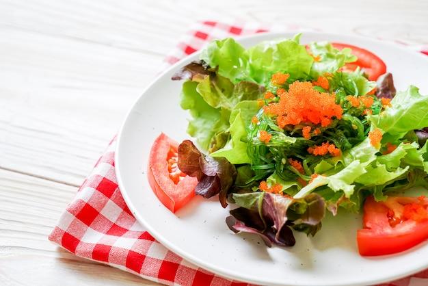 Salada de legumes com algas japonesas e ovos de camarão