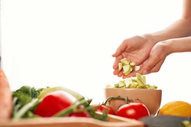 Salada de legumes com alimentos frescos close up da cozinha