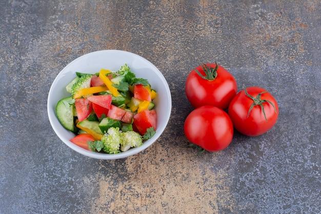 Salada de legumes com alimentos picados e picados e ervas