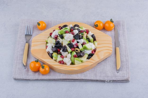Salada de legumes com azeitonas pretas e sementes de romã