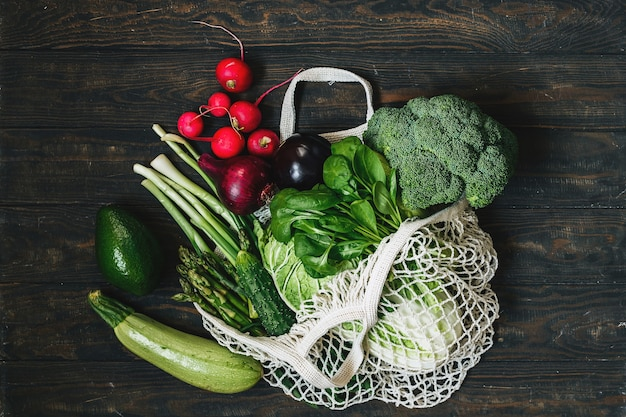 Salada de legumes com brócolis e berinjela com molho de tomate em um saco de malha conceito de compra saudável de desperdício zero