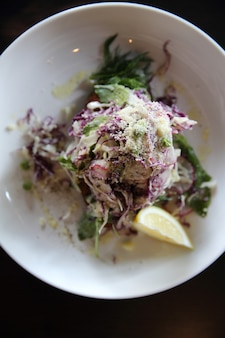 Salada de legumes com carne de frango frito