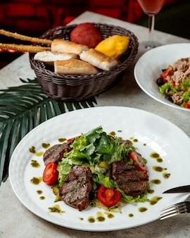 Salada de legumes com carne frita em fatias