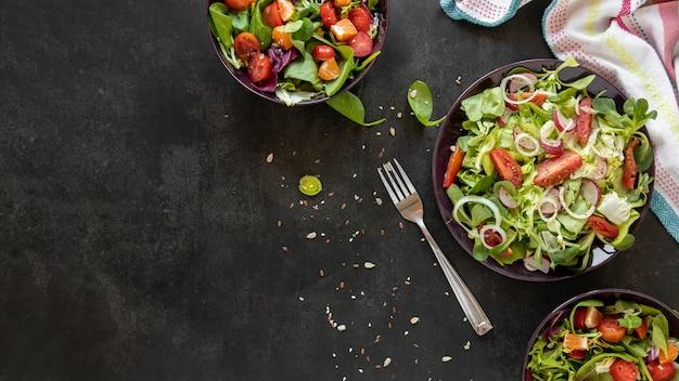 Salada de legumes com cópia-espaço